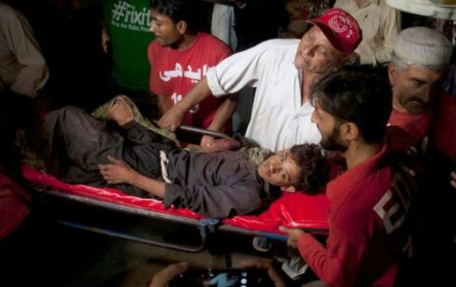 Фото: ранены от взрыва в мечети в Пакистане