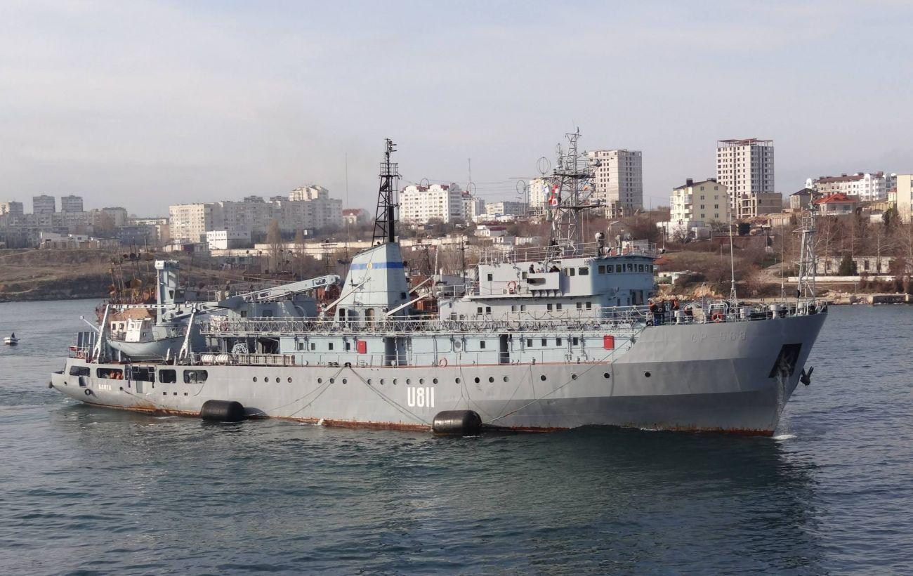Поврежденный корабль ВМС буксируют в Одессу. Экипаж эвакуировали