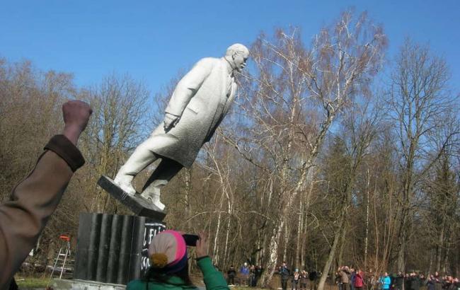 Фото: Падіння пам'ятника Леніну