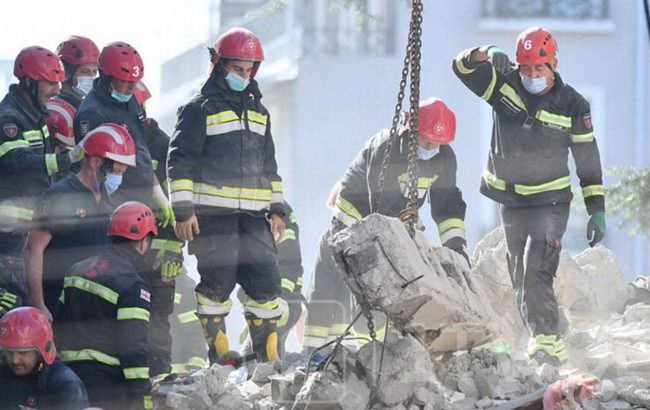 Обрушение дома в Батуми: число жертв выросло, в стране объявили траур