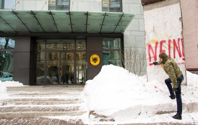 Украинский депутат разрисовал фрагмент Берлинской стены заслова посла Германии