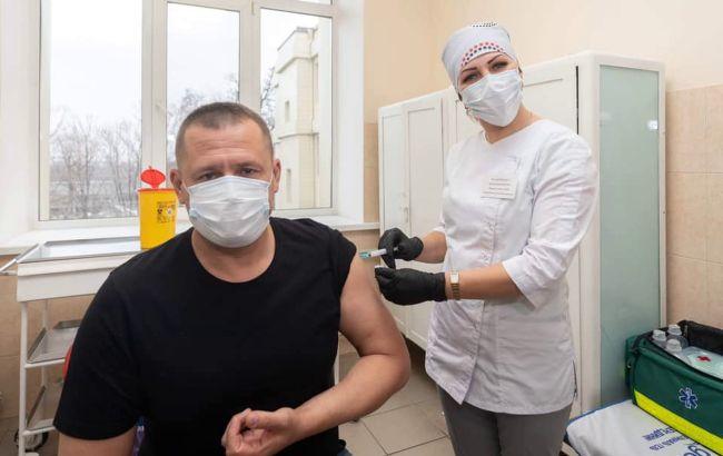 Мер Дніпра публічно вакцинувався від COVID-19