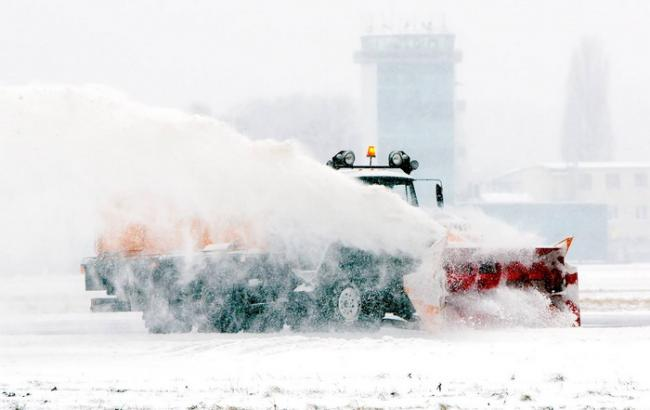 Снегопад вКиеве: столичные аэропорты работают вштатном режиме