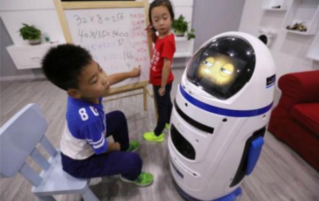 Фото: робот Little Chubby созданный для обучения детей