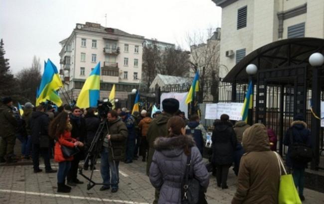 У Києві під посольством РФ проходить мирний мітинг