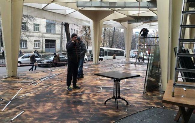 В центре Киева коммунальные службы снесли летнюю площадку ресторана