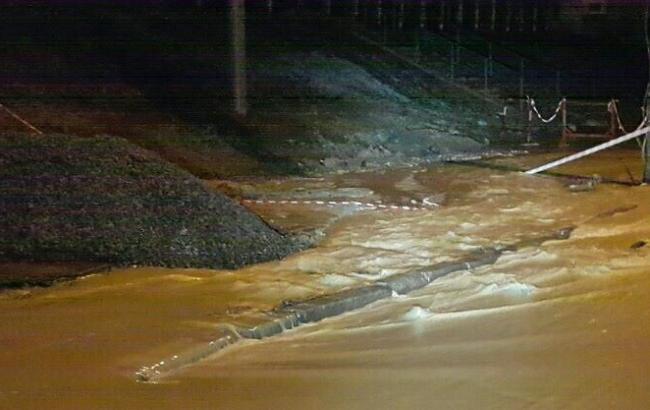 Подмыло асфальт, подтопило стоянку: вКиеве случался масштабный прорыв воды