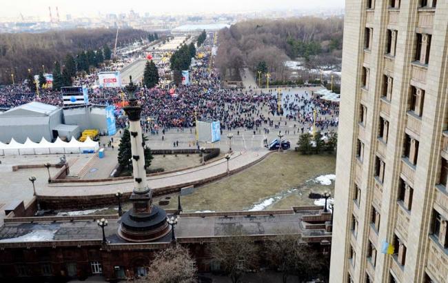 Фото: Флаг Украины в окне общежития в РФ