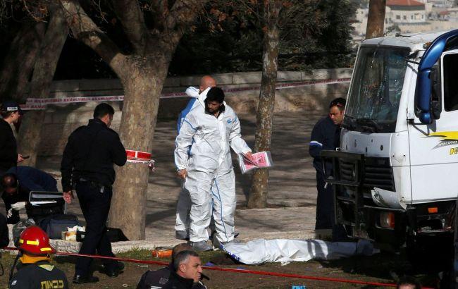 Появилось видео теракта вИерусалиме, где грузовой автомобиль врезался всолдат