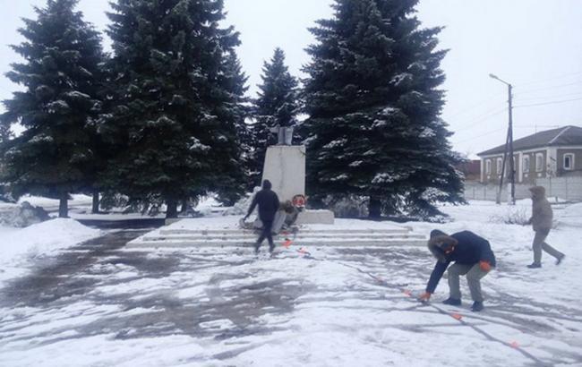 Фото: повалений пам'ятник Леніну у Золочеві