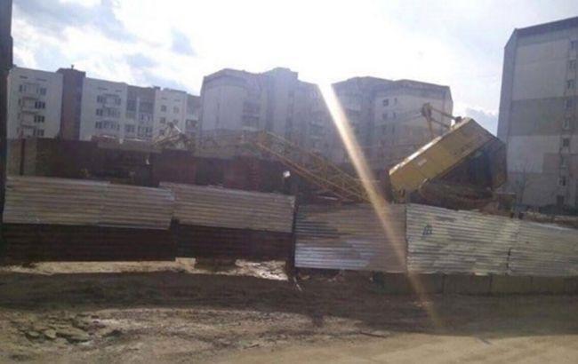 Фото: кран впав на житловий будинок