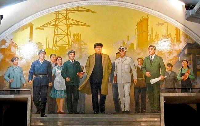 """Фото: Мозаика """"Великий лидер товарищ Ким Ир Сен среди рабочих"""" в Пхеньяне (flickr.com © John Pavelka)"""