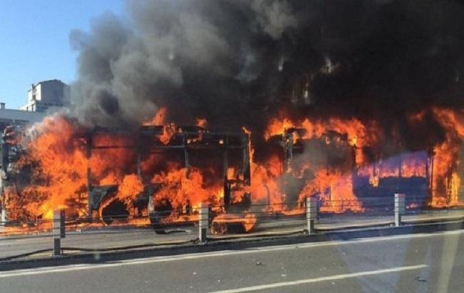 Фото: пожар автобуса после взрыва