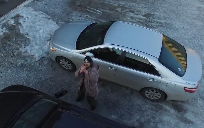 Фото: Мужчина прячется от беспилотника (Кадр из видео аккаунта Facebook.com/vlentach)