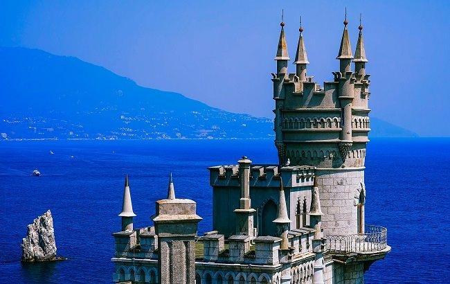 Фото: Ластівчине гніздо у Криму (pixabay.com/tpsdave)