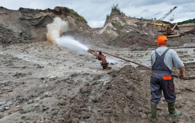 У Рівненській області групу осіб підозрюють у незаконному видобутку бурштину