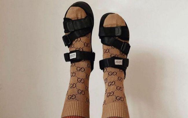 Тапочки с носками: стилист рассказала о популярном ugly-тренде лета 2021