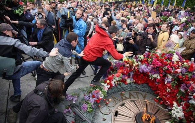 ВКиеве националисты устроили драку сучастниками «Бессмертного полка»