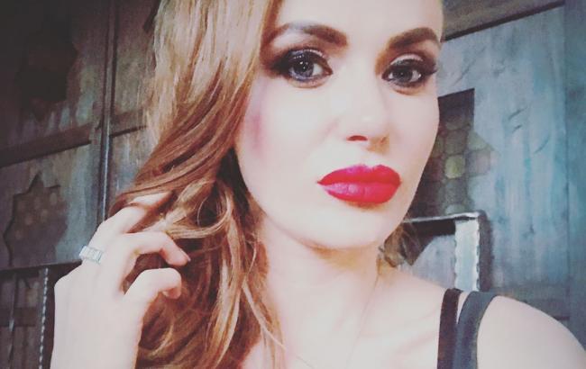 Экстравагантно: Слава Каминская вышла на прогулку в необычном наряде