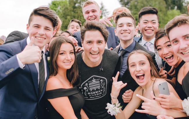Фото: Джастін Трюдо з випускниками школи в Канаді (Instagram.com/crrdo)