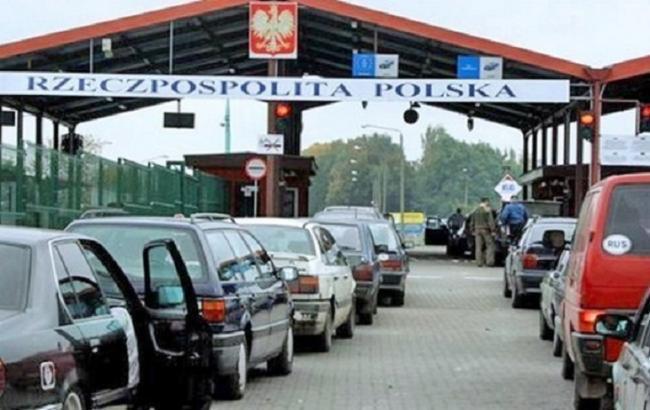 Фото: черги на кордоні з Польщею