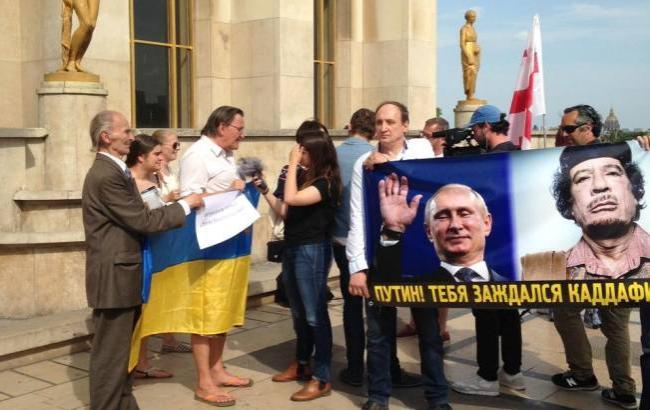 У Парижі люди вийшли на мітинг проти приїзду Путіна