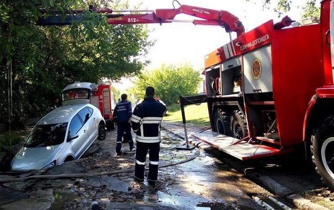 У Києві через прорив труби авто провалилося під асфальт
