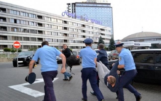 Фото: поліція затримала 2-х активістів ПС