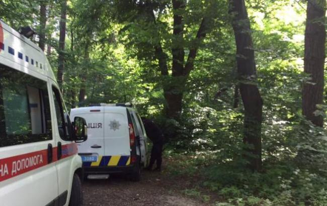 У Києві в одному з парків знайшли повішеного чоловіка