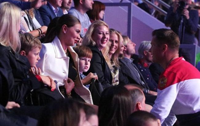Фото: Кабаєва з дітьми на спортивному заході в Москві (politland.com)
