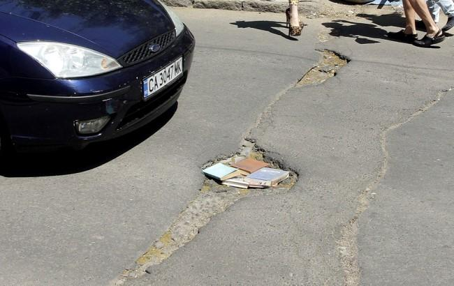 "В Одессе яму посреди дороги ""залатали"" учебниками"