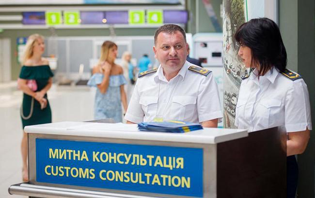 Фото: таможенная консультация в аэропорту (facebook.com/TupalskiySergei)