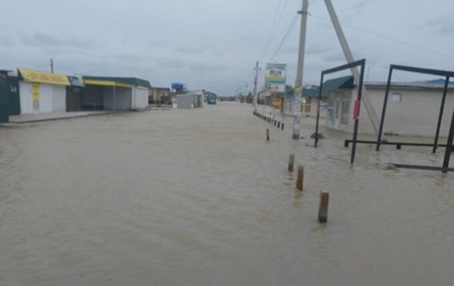 Фото: Від шторму затопило пляжі (z-city.com.ua)