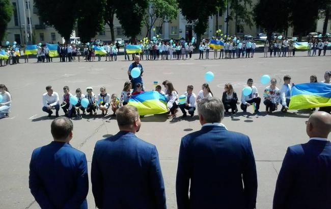 В Хмельницком школьники встретили министра юстиции на коленях