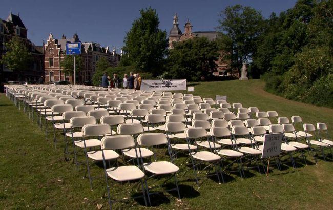 Дело МН17: перед рассмотрением возле посольства РФ в Гааге поставили 298 белых стульев