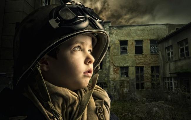 Фото: Мальчик мечтает сбивать самолеты (zlshymn.livejournal.com)