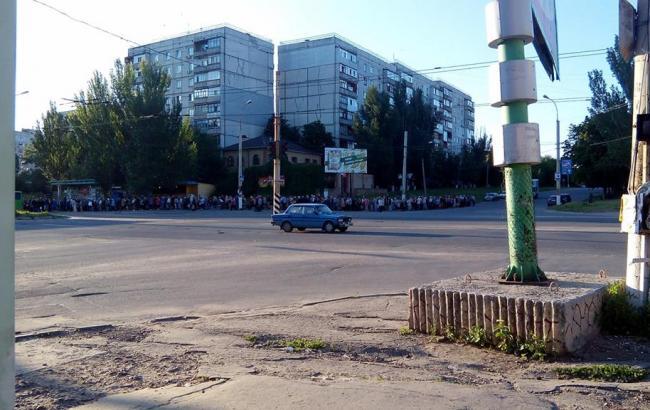 Фото: Черга в Луганську (facebook.com/OptimizmOptimizma)