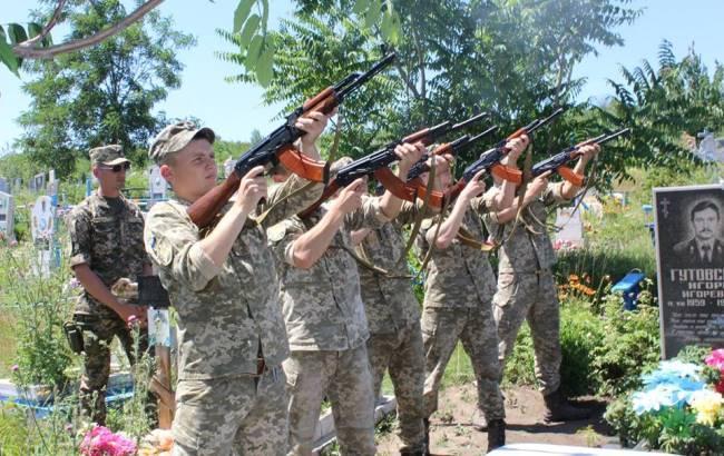 Фото: Похорон дівчини-бійця (facebook.com/Окнянська-Районна-Державна-Адміністрація)