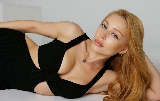 Тина Кароль в эффектном платье с разрезами томно позировала на полу: только для тебя