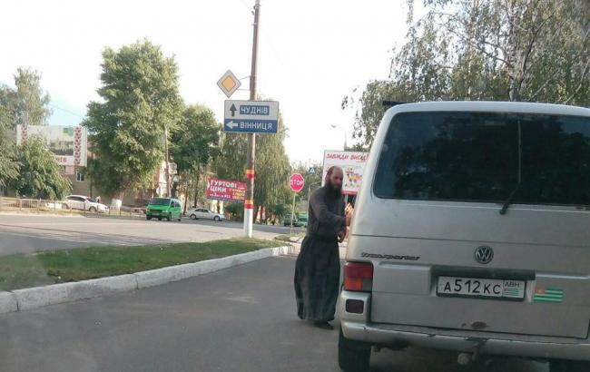 Фото: Поп на авто с номерами Абхазии (facebook.com/Максим Шафранский)