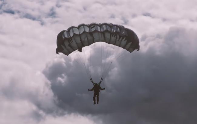 Боец Нацгвардии прыгнул с парашютом с самолета (скриншот youtube.com/Відео Національної гвардії України)