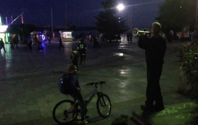 В Ялте уличный музыкант сыграл украинский гимн