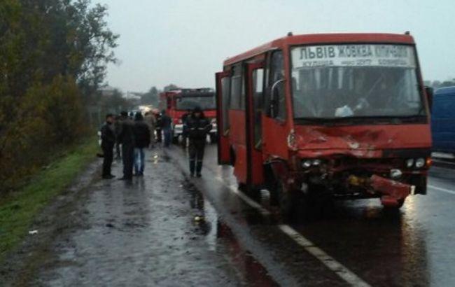У Львівській області зіткнулися автобус і легковик, загинули 2 людини, 8 постраждали