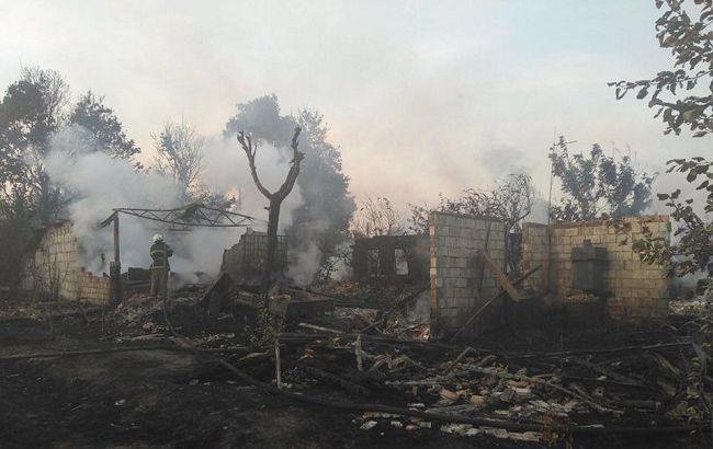 Палив траву: під Києвом чоловік знищив 3 будинки і 5 авто сусідів (фото)