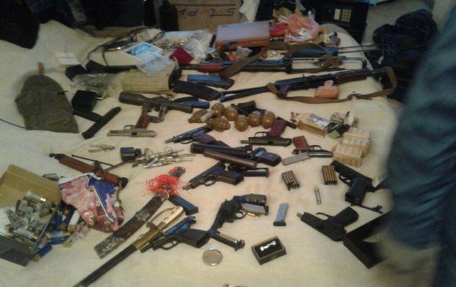 Фото: в Киеве задержали мужчину, который хранил дома арсенал оружия