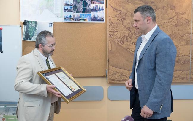 Фото: передача мэру Киева сертификата (kiev.klichko.org)