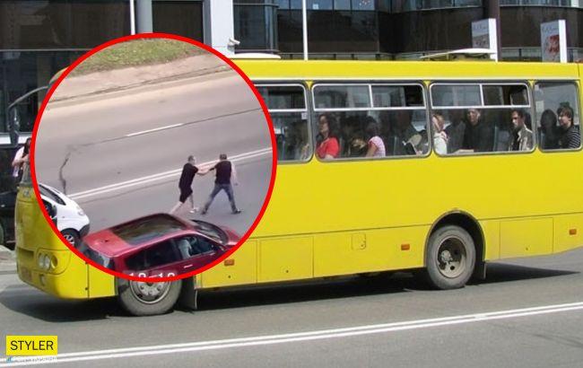 У Луцьку маршрутника витягли з салону і побили посеред дороги (відео)