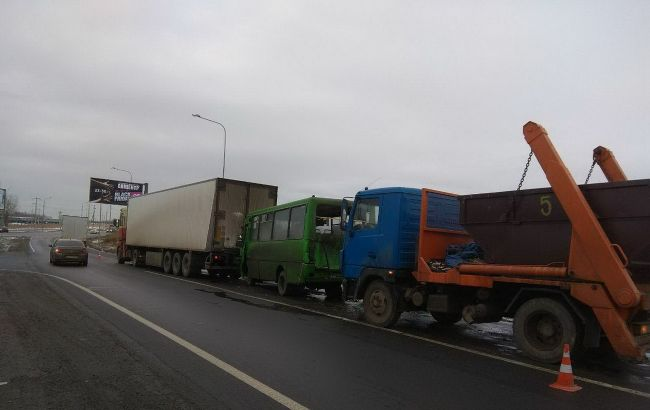 В Харькове маршрутка попала в ДТП с двумя фурами, есть пострадавший