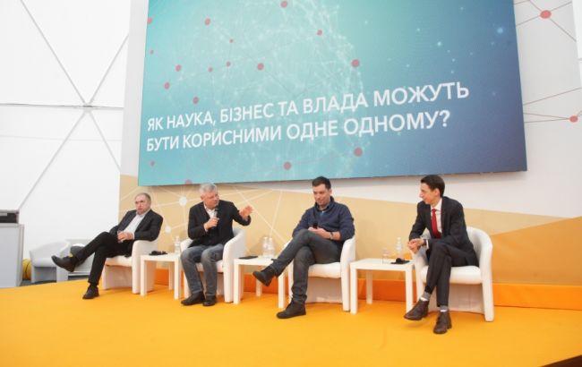 """Фото: дискусія """"Як наука, бізнес і влада можуть бути корисні один одному?"""""""