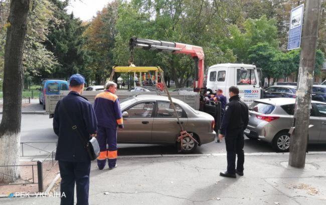 """Журналісти показали, як у Києві """"знущаються"""" над водіями-порушниками"""